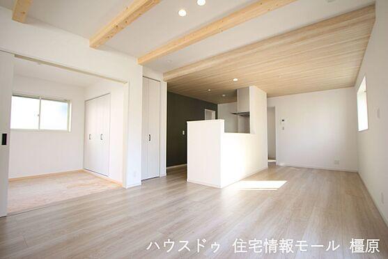 戸建賃貸-橿原市菖蒲町3丁目 天井を高くできる見せ梁は木の温もりも感じられます。照明はダウンライトを採用し、すっきりとした印象に。(同仕様)