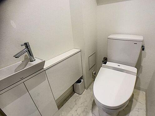 区分マンション-西尾市桜木町3丁目 トイレの収納充実なので、片付いたすっきりとした空間を保てます。