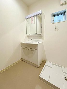 建物全部その他-新座市石神4丁目 洗面室には着替えやバスタオルの収納に便利な可動棚が設置されています。
