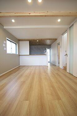 新築一戸建て-橿原市菖蒲町2丁目 18帖のLDKは是非ご覧頂きたいポイント。南向きの大変明るいお部屋です。