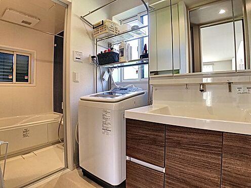 戸建賃貸-蒲郡市大塚町広畑 ゆとりの洗面スペースで朝の身支度も快適スムーズに。