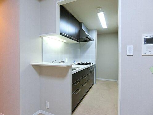 中古マンション-中央区勝どき5丁目 カウンター・3口コンロ・グリル付システムキッチン。