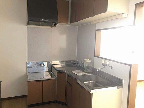 中古一戸建て-名古屋市名東区引山1丁目 1階キッチン L型キッチンは、収納場所を広く取りやすく、料理や片付けなどの家事動線を確保できます