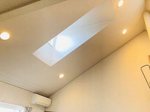 中古一戸建て-名古屋市名東区極楽2丁目 天窓があり、開放的な室内を演出します。