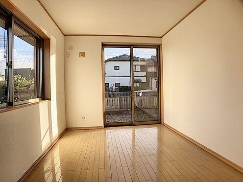 戸建賃貸-一宮市今伊勢町馬寄字上畑田 2面採光がとれる主寝室は、南側に窓を設けているため、一日中明るく、気分も明るくなります。