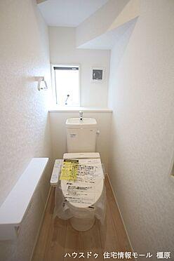 戸建賃貸-磯城郡田原本町大字千代 2か所のトイレは朝の混雑緩和に活躍します。1・2階共に温水洗浄便座を完備しております。