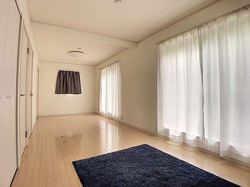 戸建賃貸-みよし市莇生町南池ノ上 一部屋をふたつにわけることができる洋室です。ライフスタイルの変化に合わせて活用できて便利ですね。
