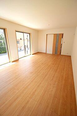 新築一戸建て-大和高田市大字有井 1階洋室と合わせて20.5帖の大きな空間。ご家族の憩いの場にぴったりですね。お客様が大勢いらしてもゆったりおくつろぎ頂けます。(同仕様)