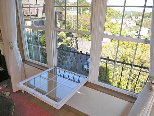 中古一戸建て-伊東市宇佐美 <LDK>リビング窓はお手入れしやすい仕様になっています。