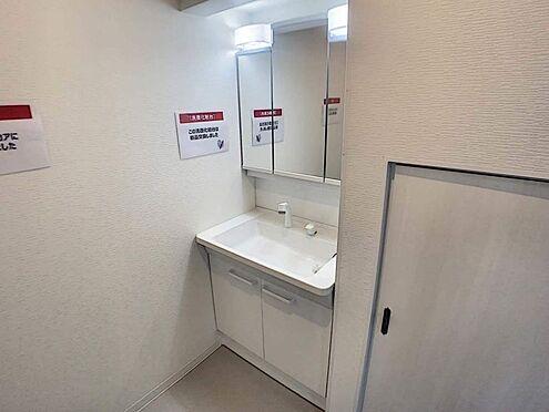 戸建賃貸-名古屋市西区天塚町4丁目 大きな鏡付きの洗面台の横にはゆとりある収納スペースがございます。