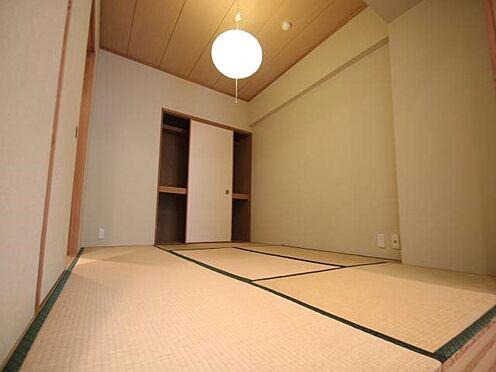 中古マンション-田方郡函南町平井 和室:ゲストが来ても対応できる和室は広さ6帖。押入れもございます。