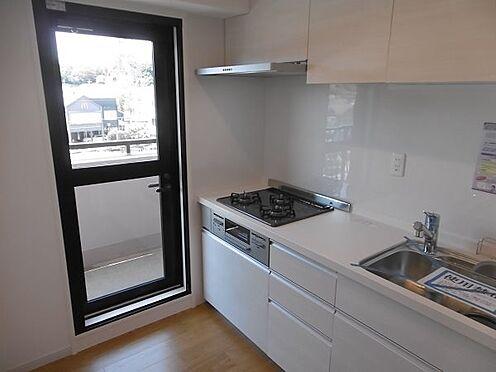 中古マンション-多摩市永山1丁目 キッチンには扉がある為、換気が出来、採光も十分です。