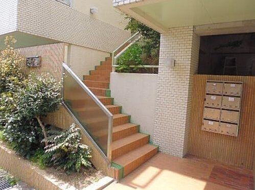 区分マンション-神戸市灘区篠原台 植栽が植わる穏やかな雰囲気のエントランス