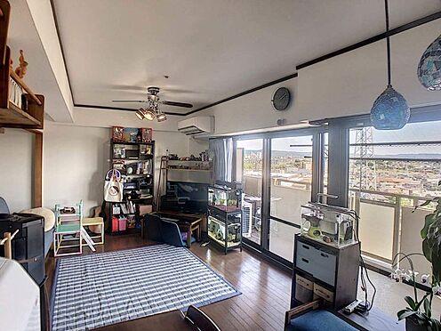 中古マンション-豊田市寿町7丁目 大きな窓で外の景色を楽しむことができます。日当たりもばっちりですね。