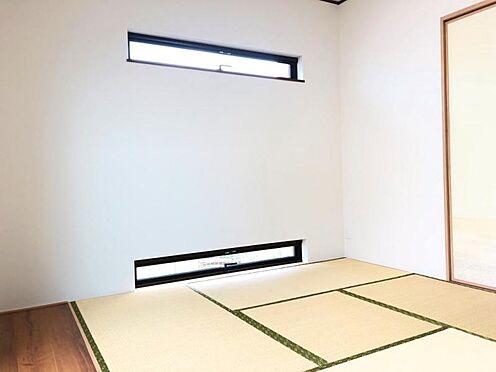中古一戸建て-福岡市早良区野芥5丁目 床の間のある風情を感じる和室です。窓の形はスタイリッシュで、モダンな雰囲気の和室です。