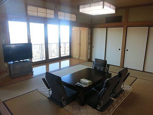 中古一戸建て-熱海市上多賀 和室10帖、収納スペースも充分にあります。