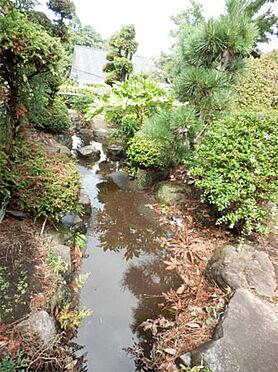 中古一戸建て-伊東市富戸 庭園側の建物周辺には、ちょっとした川を設けてあります。