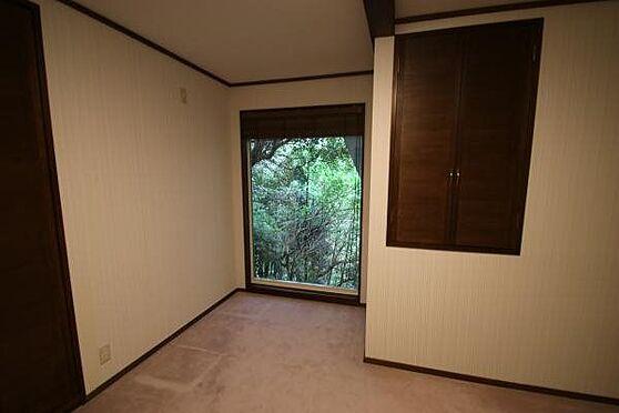 中古一戸建て-熱海市伊豆山 洋室の様子です。はめ込み型の窓から外の緑に癒されます。洋室内に収納は2箇所ございます。