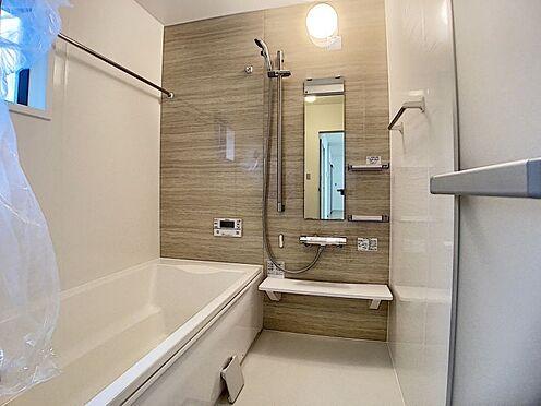 新築一戸建て-名古屋市名東区大針2丁目 足を伸ばしてゆっくりくつろげる浴槽サイズ。滑りにくい設計でお子様とのお風呂も安心です。
