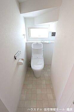 戸建賃貸-橿原市菖蒲町3丁目 2か所のトイレは朝の混雑緩和に活躍します。1・2階共に温水洗浄便座を完備しております。(同仕様)