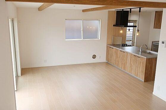 戸建賃貸-多摩市聖ヶ丘3丁目 約23.5帖の開放感のあるリビング、家族が自然に集まる広さです。