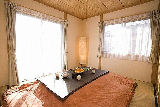 中古一戸建て-北佐久郡軽井沢町大字長倉 使い勝手の良い和室、大きな窓から広がる緑のロケーションに圧倒されます。