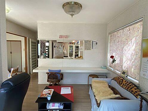 中古一戸建て-伊東市荻 【リビング】リビングには出窓もありくつろげるスペースです。