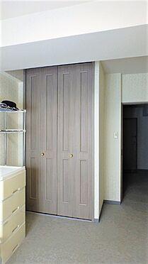 リゾートマンション-熱海市伊豆山 洋室には天井の高さまである造り付けのクローゼットがあります。こちらも統一された建具です。