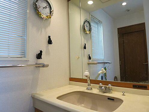 リゾートマンション-熱海市伊豆山 パウダールームも小窓あり採光がとれ、戸建感覚をなマンションです。