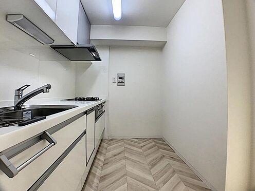 区分マンション-名古屋市南区豊2丁目 人気のシステムキッチン!収納スペースも豊富です♪