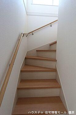 戸建賃貸-磯城郡田原本町大字八尾 リビングを通らずに2階へ行ける配置。プライバシーも保たれ、お部屋の冷暖房効率も損ないません!手すり付きでお子様やお年寄りでも安心です。(同仕様)