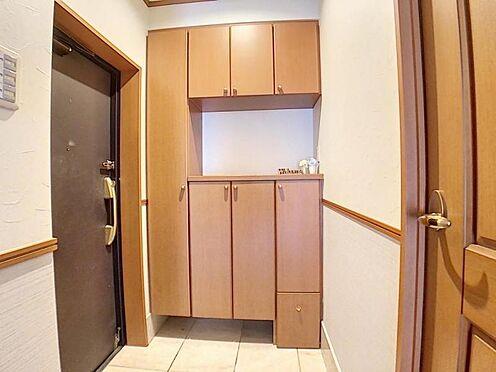 区分マンション-名古屋市中川区新家2丁目 玄関は収納豊富。小さいお子様など座れる椅子も収納されています。