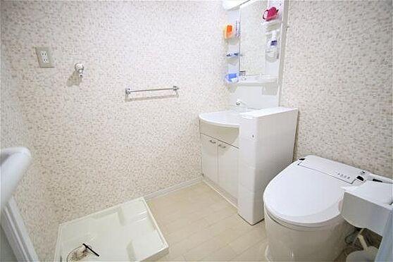 中古マンション-熱海市春日町 洗面トイレ:ユニットバスを改装し温水洗浄便座付トイレ、独立洗面台、洗濯用防水パンを設置済。