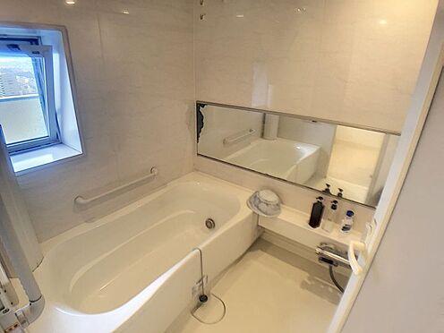 中古マンション-豊田市小坂本町5丁目 窓付の浴室です。お手入れの際に換気したり、暑い時は涼しい風を取り入れられます。
