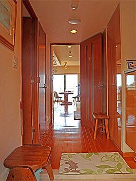 中古マンション-伊東市八幡野 〔玄関〕右手には下足入がございます。