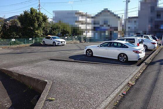 アパート-伊東市宇佐美 南西側道路から段差がありますが、スロープ(車両通行可)が造られています