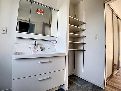 新築一戸建て-名古屋市守山区小幡北 洗面所には棚が完備されていて、タオルや洗剤類の収納に困りません!