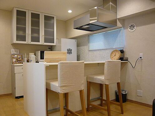 中古マンション-文京区本郷3丁目 対面式キッチン・背面に造作家具を設置。家具・小物類は販売価格に含まれます