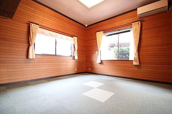 中古一戸建て-熱海市伊豆山 玄関入ってすぐの洋室は二面採光で広さは約8帖ございます。