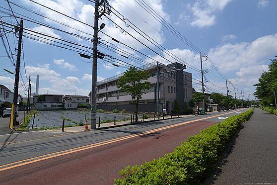 土地-世田谷区八幡山1丁目 歩道を歩いて京王線「八幡山」駅まで徒歩約10分です。駅まで渡る信号は1つだけでスムーズです。