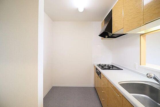 中古マンション-八王子市別所1丁目 幅広いキッチンの空間はママにとっての嬉しい動線を確保しております。