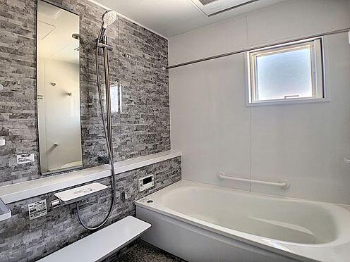戸建賃貸-岡崎市東大友町字塚本 足をのばして入れる広々とした浴室。日頃の疲れを癒す空間に◎
