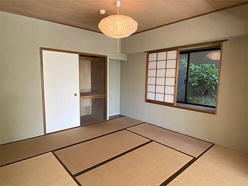 中古マンション-伊東市八幡野 【和室】8帖の和室には出窓もあります。