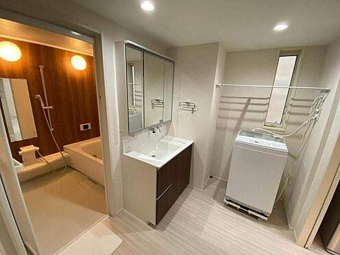 中古一戸建て-日進市岩崎町元井ゲ 使い勝手の良い2WAYサニタリーで窓付きの明るい洗面所。