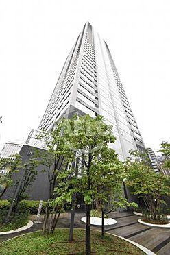 区分マンション-大阪市北区天神橋7丁目 ジオタワー天六 外観は圧倒的存在感。1階には阪急オアシスや交番がございます