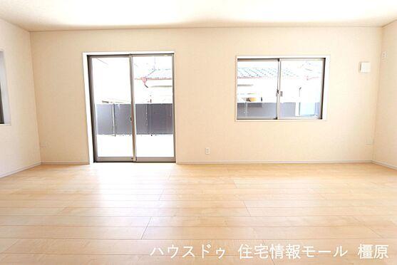戸建賃貸-磯城郡田原本町大字阪手 18帖のLDKは南向きの明るい室内。ポカポカと暖かいリビングでおくつろぎ下さい。(同仕様)