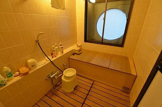 リゾートマンション-熱海市熱海 檜のお風呂。浴槽の状態も、汚れ、腐食が進んでいなく良好であります。
