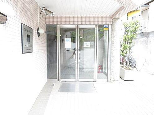 区分マンション-横浜市保土ケ谷区和田2丁目 明るい場所にあるエントランス。防犯カメラもしっかり設置されています。