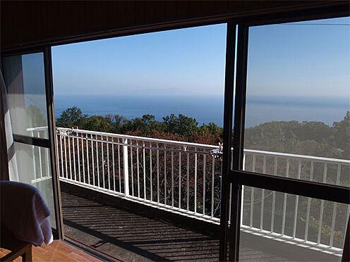 中古一戸建て-伊東市赤沢 【眺望】 リビングの窓からの景色(伊豆大島を望みます)