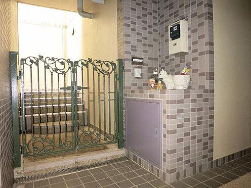 中古マンション-田方郡函南町平井 玄関:玄関扉から室内までには階段がございます。施工会社は熊谷組です。